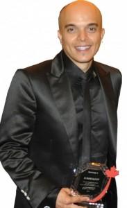 Rachid Badouri recevant le tropée Atlas Media 2012
