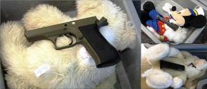Une-arme-et-ses-munitions-dans-les-peluches-d'un-enfant